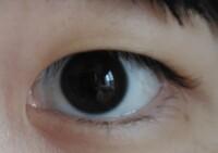 一重についての質問です。 下の写真の目は瞼が重いタイプの一重ですか?それとも勝ち組の一重ですか? 又、折式のアイプチをしていますがどのくらいの年月で二重になりそうですか…?