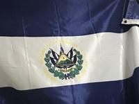 この国旗、どこの旗でしたっけ? エルサルバドル、みたいや中央アメリカの国だったと思いますが、、、。