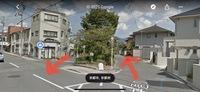京都に、車の左側通行が右側通行になってしいる道があります。 京都市の下鴨・北山あたりのエリアにある「葵の小径」という桜で有名な道路です。  一方通行の看板があるのですが、川を挟んで左右の通行が通常と...