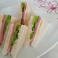どっちのサンドイッチが食べたい? \(^o^)/ 1、ハム+チーズ+レタス 2、ハム+きゅうり+マヨネーズ