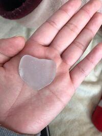 海で半透明な石を取りました。 この石なんですか!? 捨てた方がいいですか?