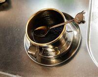 コーヒー  コーヒーを入れる道具だと思うのですが、これの使い方を教えてください。  ふたつの部品に分かれていて、底面の全面がメッシュになってる上の部品に粉とお湯を入れたのですが、全然コーヒーが下に落ちなく て困っています。