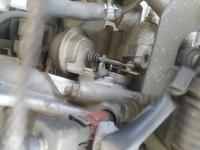 エンジンルーム内のこの部品はなんでしょうか?スズカステラみたいな形をしたこれです。 インマニ?の脇、スロットルボディの下あたりについてます。  画像はエンジン停止状態で、エンジンをかけると、ブーツの中の棒?が動き、ブーツを縮める方向に動きます。  画像の右が車のフロント方向です。  宜しくお願い致します。