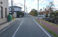 見通しの悪い優先道路を減速せずに通過しますか? 徐行の規定はないそうですが、画像の場所では、あなたならどの様に通過しますか? 私がいつも使っている道ですが、ほとんどの車はそのまま通過してます。 交差する側に車が見えたら速度を落とすようです。 交差する側に一時停止の標識があります。  私は前を走る車がそのまま通過しても少し減速します。 現場の経験から私の走り方はかなりの少数派です。