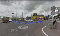 交差点を左折した先の赤信号で停止する車が時々いますが、 もし後ろの車だったらいっしょに止まって我慢ですか? そのまま進める場所なんです。  「止まるな」とクラクション鳴らす車がいたり、 いっしょにな...