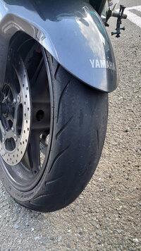 大型バイクのタイヤ交換についての質問があります。 1⃣タイヤ交換専用の道具 タイヤの購入費用と工賃を節約しようと思って「YAMAHA FJR1300AS」という大型バイクのタイヤ交換を自分でしようと思います。 フロント 120/70ZR17 M/C (58W) TL リア 180/55 ZR 17 M/C(73W)TL  レンチなどの基本工具はありますが、タイヤ交換専用の道具をどこまでそろえ...