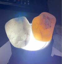 メノウと言うと、オレンジっぽいものをイメージするのですが、白のものは瑪瑙とは呼ばないのでしょうか。 オレンジに透ける石英と、白に透ける石英の差はなんなのでしょうか。
