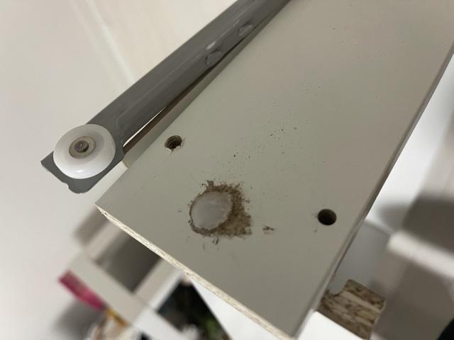IKEAで買ったデスクを作ってたんですが引き出しを作った時に間違えてしまいました このようなタイプのネジ?を抜きたいんですがなかなか外れません。 ハンマーも買いひっこぬけるかなと試行錯誤してます...