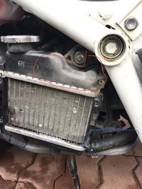 ズーマー冷却経路の修理です。お知恵を拝借したくお願い致します。 先日オーバーヒートしまして、調べましたらホース内に粘土状の塊があり、詰まっていたものと思います。 修理のため水道のホース水圧でできるかぎりはホース内、ラジエターを清掃し、ウォーターポンプを中古品ですが、交換しました。 その後のですが、ポンプで冷却水の循環がちゃんと出来ているのか、この状態でお分かりになるか宜しくお願い致します...