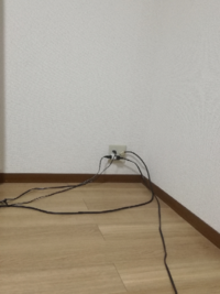 テレビの裏の配線について 通常なら、テレビの裏側にあり、見えないはずの配線ですが…  私の場合は、キッチンからもテレビ画面を見れるようにしている為、配線が丸見えの状態です。  この配線をオシャレに隠したいのですが…  何か良いアイディアはありますか?
