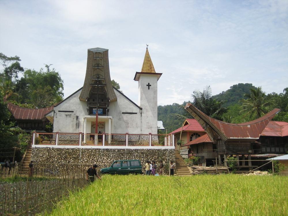 スラウェシ島のトラジャで2008年に撮影した写真です。 トンコナンを取り入れた特徴のある教会ですが、この教会の場所を御存知の方いらっしゃいますでしょうか?