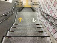 駅の階段で矢印の向き(画像参照)に従わないやつ見るとムカつきません? 僕は足掛けて転ばせたいくらいにはムカつきます そういう奴は矢印の指す方向が理解できないのでしょうか? ちなみに目の前から来たら絶対に避けたりはしないで逆走した奴に避けさせます