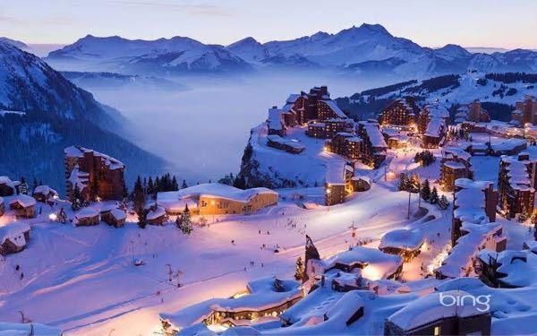 スキー場のコースの両端に家やショップなどができるスキー場教えてください! 写真見たいな感じです