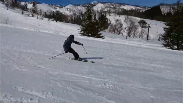 スキーの滑り方についてです。 どうしても体が後ろ寄りになってしまい、それにより急斜面で暴走してしまう事、ストックが後ろになってしまう事、などで悩んでいます。それとすねに力を入れる事と胸でスキーの...
