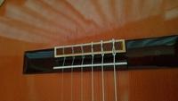楽器屋さんからクラシックギターが帰ってきたのですが、6,5,4弦の弦のブリッジの止めてる部分が自分と止め方が違うのですがブリッジに負担が、 かかり傷ついたりしませんか? 楽器屋さんに張って貰いました。