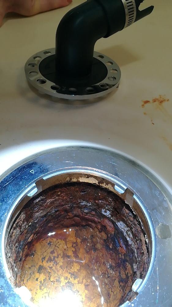 洗濯機の防水パンの排水溝の中が、画像のようになっておりました。 担当者に聞いてみたらある程度は水がたまり流れると言っていたのですが、 水が流れる気配がなく、試しに水を入れてみましたが、溜まった状...