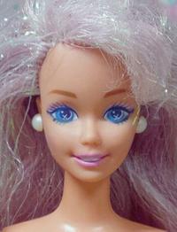 バービー(Barbie)に詳しい方教えてください!画像のBarbieが欲しいのですが、なんていうBarbieでしょうか? (>_<)髪はピンクがかっていて、ラメが入っています。目はキラキラがプリントしてあります。 いろいろ検索してもヒットしません。よろしくお願いします。