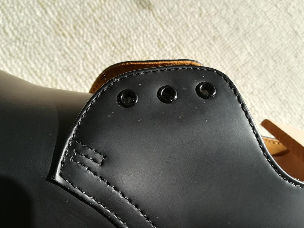 革靴(マーチン)のカビについて ホールの付近にこすっても取れない汚れがあります。これはカビですか???? なかなか落ちません...... どうしたらよいでしょうか