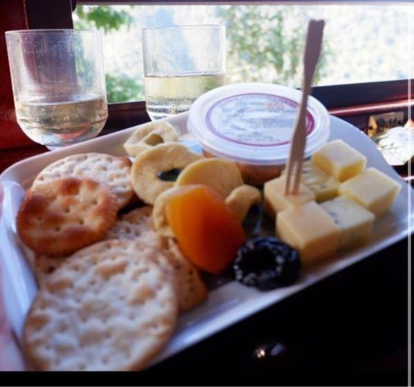 中学生の時にキュランダ列車のゴールドクラスに乗ったんですが、その時に食べ物のサービスがあってクラッカーの付け合わせに赤いソースが出てきました。それが美味しかったのを思い出したんですけど、名前が分...