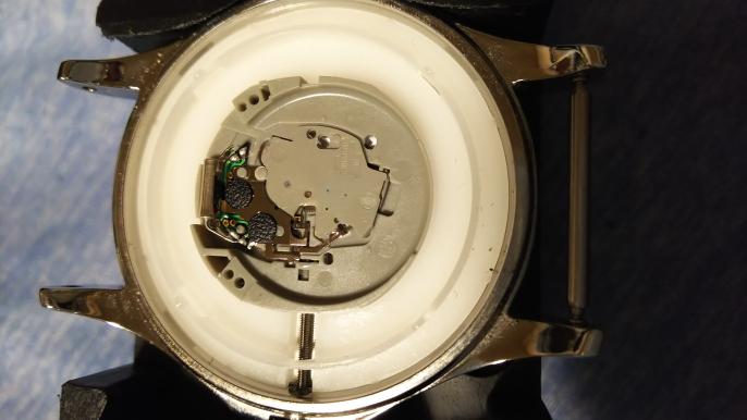 TIMEXクォーツ腕時計の電池交換について。 電池交換しようとしましたが、規定の位置に電池は収まるのですが、指を話すと浮き上がってしまい、上手く電池が入ってくれません。何かで電池を押さえながら裏...
