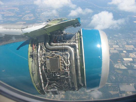 旅客機のエンジンの配置について。 画像の旅客機はどの機体でしょうか? 吊り下げ式でこの様に映るエンジンを搭載した航空機を見たことがなく。。 有識者の方々の意見をお待ちしております。