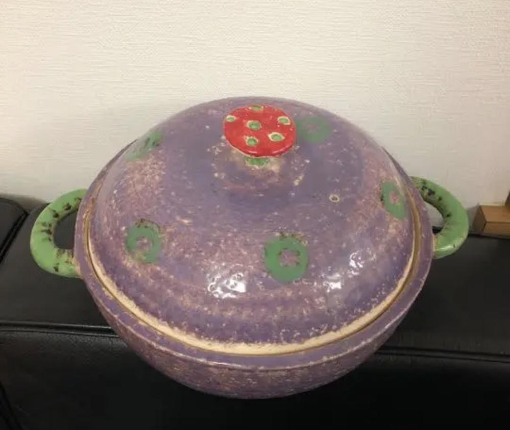写真の土鍋を作られた陶芸作家さんの名前をご存知の方いらっしゃいましたら教えていただきたいです。 ネットにて見つけた写真なのですが、どなたかの作品か分からず探しております 個性的な作品で一目惚れし...