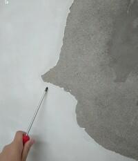 屋内のモルタル壁に仕上げで塗ってある白いのは何でしょうか? 一見すると石膏のような粉っぽい感じです。 雨漏りで剥がれた部分を補修したいと思っています。 出来れば品名も教えて下さい。 よろしくお願いします。