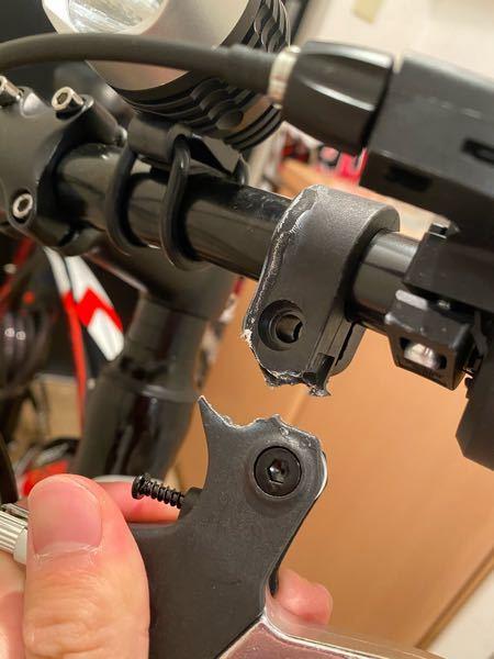 自転車詳しい方! このような感じでブレーキ部分が折られていました。 面倒なことになるのが嫌なので仕方なく修理に出そうか悩んでいますが、このパーツを元に戻すにはおいくらかかるのでしょうか?ネットで...