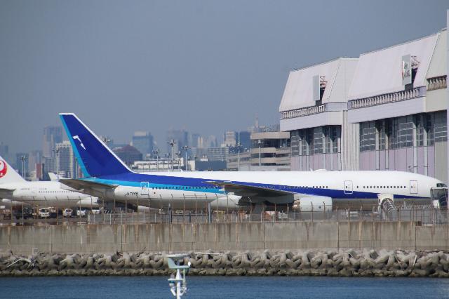羽田空港にジェット燃料を運ぶ仕事をしてますが 777もフェリーされて来てますが 本日ANA整備場前に駐機しているのを目撃しました。 JA708Aですが こちらのフェリーフライトはだいたいいつにな...