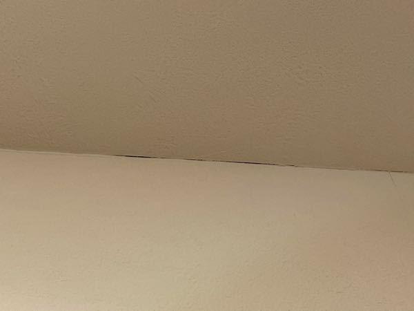 家の壁紙が各所で隙間が見える状態になってしまいました。引き渡し時はこんなことはなかったと思うので、最近の地震のせいかなとも思います。 築半年程度でこのように壁紙のつなぎ目や繋ぎ目じゃなくても折り曲がり部分などが裂けるのは普通の事でしょうか?それとも建築会社に頼めば無償で直してくれるものでしょうか? そもそも震度3の地震で何十箇所の壁紙が隙間が見える状態になるのは躯体がダメなんじゃないか、耐震性が十分ではないのではないかと不安になってしまいます。