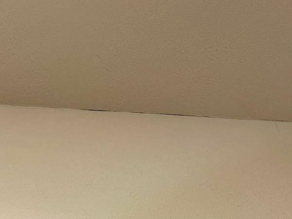 家の壁紙が各所で隙間が見える状態になってしまいました。引き渡し時はこんなことはなかったと思うので、最近の地震のせいかなとも思います。 築半年程度でこのように壁紙のつなぎ目や繋ぎ目じゃなくても折り曲がり部分などが裂けるのは普通の事でしょうか?それとも建築会社に頼めば無償で直してくれるものでしょうか? そもそも震度3の地震で何十箇所の壁紙が隙間が見える状態になるのは躯体がダメなんじゃないか、耐震...