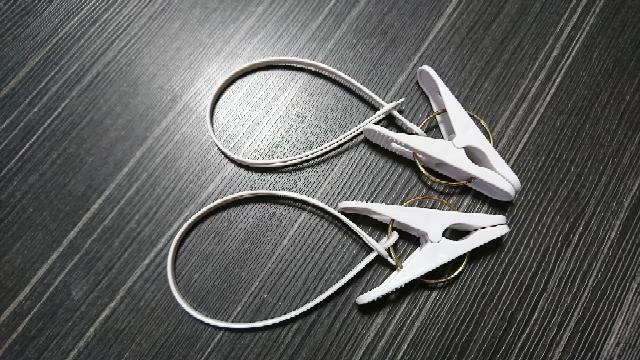 洗濯バサミの使い方について。 このタイプの紐付き洗濯バサミを 学校のイスにつけてぞうきんを吊るします。 が、イスにどうやってつけるのかがわかりません。 ネットでイスにつけてある写真はみました...