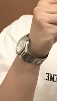頂いた時計なのですが落としてしまい見つかりません、同じような時計を買いたいですがわかりません。 写真がこれしかありませんがこれじゃないかと少しでも似てるものがあったら教えていだだきたいです。 ・グラ...