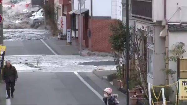東日本大震災での津波。 画像にあるおじいさん、おばあさんは助かったのでしょうか。