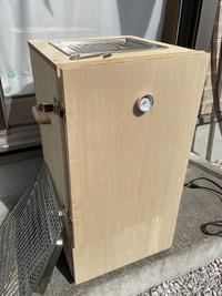 燻製器の保管場所について相談です。 燻製器を自作したのですが、使用後に2、3日外に置いて煙臭さが薄くなったから室内に入れたのですが、部屋が煙臭くなってしまいました。屋外で保管しようにも雨風を避ける倉庫的なものもありませんし困ってます。皆さんはどのように保管されていますか?