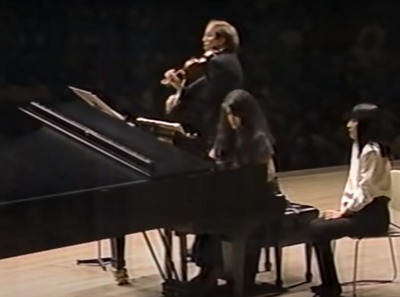 譜面めくりについてお聞きします。 今クレーメルさんとアルゲリッチさんによるベートーベンのヴァイオリン・ソナタ第5番の演奏動画を見ていたのですけど、ピアノ側にはめくる人が付いていますがヴァイオリン...