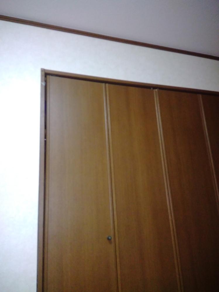 焦げ茶に合う色ありますか? 私の部屋はこんな感じで茶色のドア、床、クローゼットです、(一応特定怖いので写真は上側だけ、、) ピンクや淡いグレーなど少し姫チックな感じが好きなんですが方法はありま...