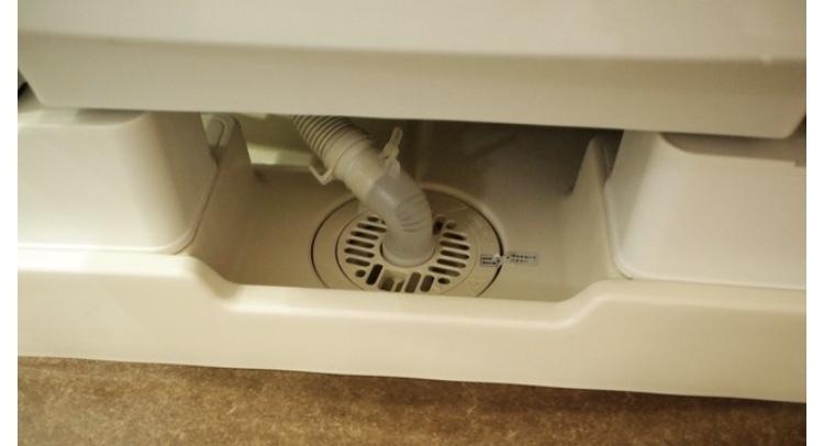 洗濯機の下の排水口を掃除したいのですが 洗濯機が動かせないので この上から直接、パイプハイター入れても問題ないでしょうか?