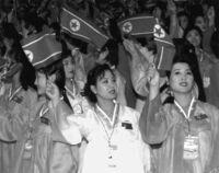 北朝鮮の貧困層の女性の多くが売春をしていると聞きますが、その大半が覚醒剤を常用しているとのことです。 北朝鮮ではそんなに安く覚醒剤が入手できるのですか?国営工場の製品が横流しされて闇市にあるとは言っても、その日の食料のために体を売る女性が買える値段とは考えにくいのですが。政府が貧困層を「支援」するために意図的に流しているのでしょうか?