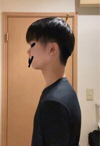 サラサラマッシュヘアにしたいのですが、後ろのボリューム感??でゆうのが出なくてなんか形になりません、、。 もう少し後頭部の上の方まで刈り上げたら良いのでしょうか。あと私の骨格の形の問題もありますか? 自分は家でカットしてもらっているんですが、もしかしたら前切ったときに上の被さる方の毛を切りすぎたとか?  なにかアドバイスがあればよろしくお願いしますm(_ _)m  ※顔の黒いの懐かしいので隠...