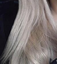 今度美容院で初めてカラーをするのですが、画像のようなハイトーンにするには何回ブリーチが必要ですか? 地毛は真っ黒で髪質は柔らかくどちらかという細いです