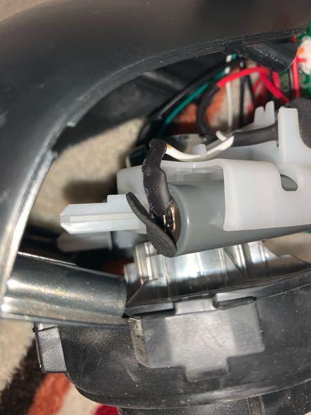 この電池に付いている端子はどうやったら外れますか?