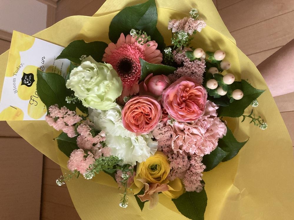 お花に詳しい方にお聞きしたいです。 もらった花束(画像のもの)をドライフラワーにしようと思っているのですが、この花の中でドライフラワーに向いていない花はありますか?なるべく迅速な回答をお願いします。