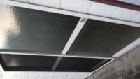 後付け雨戸の価格って? 引越先のアパートの部屋は、通路に面している掃き出し窓に雨戸がありません。 防犯上、気になるので、雨戸をつけてもらうことにしました。 管理会社の許可は得ています。 仲介してくれた不動産会社が工務店を紹介してくれるというのですが、後付け雨戸って、設置してもらうのにいくらくらい掛かるものなのでしょうか? 安いもので構わないのですが···