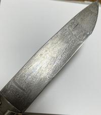 カーボン鋼について キャンプ用に購入したナイフ「オピネル NO.09(カーボン)」なのですが、 黒錆加工で失敗とやり直しを繰り返しているうちに、刀身に画像のようなでこぼこした紋様?が出てきました。  鯖で...