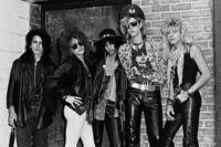 80年代のアメリカの一般人ってガンズアンドローゼズみたいな髪型、ファッション多かったですか?日本で言う80年代のX JAPANと一緒でこれはロック用のファッションで一般人でこんな格好してる人はいませんか?