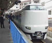 特急くろしお号は、今は、全列車新大阪まで直通していますが、新大阪まで直通すると、乗り換え一回で東京まで行けてしまい、和歌山県民は、大阪をスルーします。 朝晩の一部列車だけ京都発着にして、ほとんどの列車は、天王寺発着にすべきだと思いますが、どうですか。 天王寺を、東京一極集中を食い止めるダムにすべきだと思います。 それと、特急専用ホームを復活させ、特急のりばにふさわしく改装すべきだと思います。...