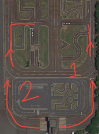 免許センターにて仮免取得を目指している者です。 合流の際のウィンカーについて質問です。 例えば、1の位置から矢印の方向に合流したい場合は、左にハンドルを少し切っているので左ウィンカーでしょうか?もしくは合流なので、右ウィンカーでしょうか? 2は左車線に合流する際には左ウィンカーで合っていると思いますが、すぐ先の交差点を右折する場合、一時停止線から右ウィンカーを出して合流すべきでしょうか? 長...