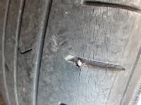 タイヤ1本に釘が刺さってたのですが 釘が刺さる確率はどのぐらいでしょうか?  ちなみにわたしを長年? 過度なストーカーではなく (いまきみのうしろにいるよとかはないです) 少しだけストーカー?してくるひとがいます  そのひとのうらみなのか 道に釘が落ちてたのか…… いままでタイヤに釘が刺さって パンクした人のエピソードがあれば 知りたいです。