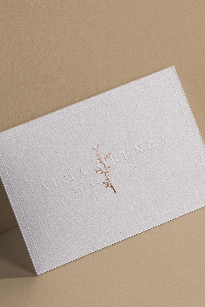 名刺のデザインについてなのですが、これ同じ感じにしたい場合はなんという素材になるのでしょうか?? 素材も和紙みたいな感じでデコボコしてます。 デコボコ部分も普通にイラストレーターで、白色で作れ...